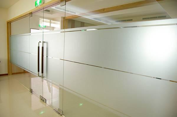 Giấy Dán Kính Mờ là vật liệu được sử dụng vô cùng rộng rãi trong dán kính đặc biệt là cho văn phòng