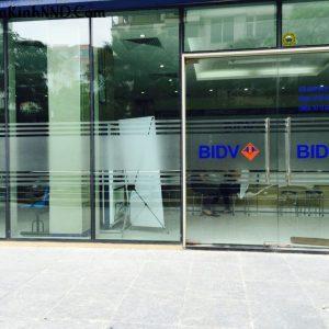 Thi công dán kính cho hệ thống ngân hàng BIDV. Dán mờ kết hợp với in logo cho cửa ra vào của BIDV
