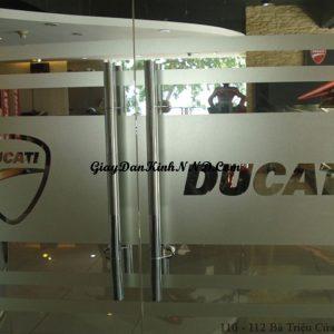 Mẫu giấy dán kính mờ số 24 là kiểu dán cắt chữ logo dán kính cho cửa ra vào. Đây là mẫu dán kính chúng tôi thi công cho Ducati tại Hà Nội.