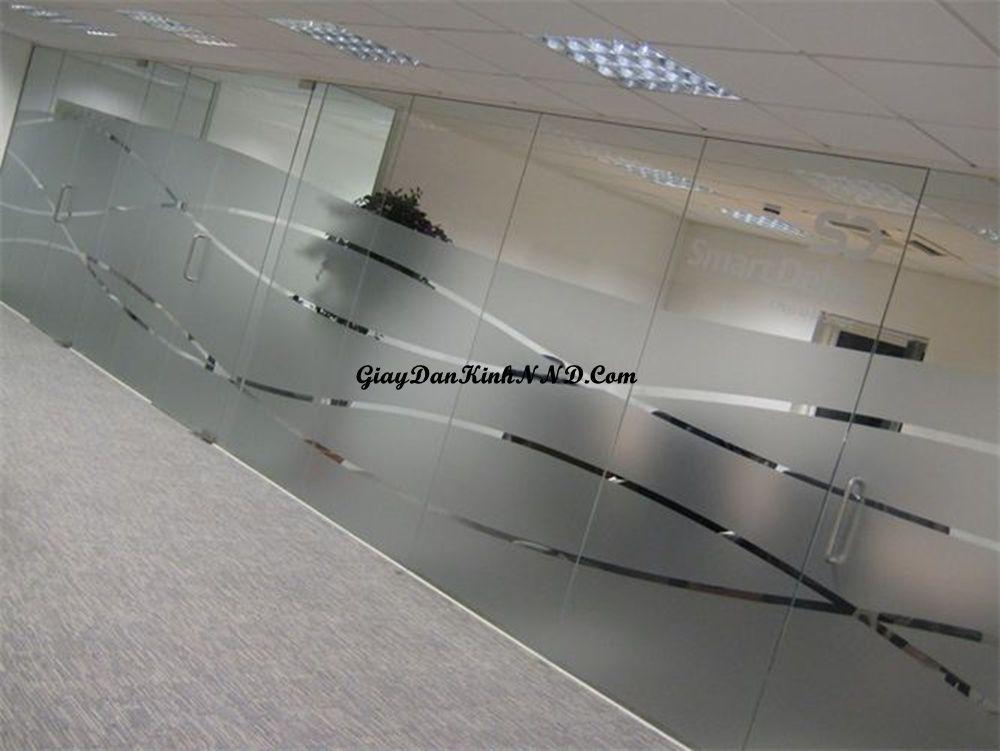 Giấy decal dán kính mờ là một loại vật liệu chuyên dụng được dùng dán lên các tấm kính trắng. Tác dụng chính của loại vật liệu này là che mờ và trang trí cho tấm kính.