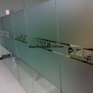 Mẫu giấy dán kính mờ số 27 là kiểu dán cắt chữ dán kính đánh dấu thương hiệu kết hợp với dán kính mờ che tầm nhìn rất đơn giản và đẹp.