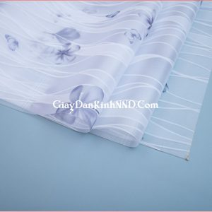 Giấy dán kính trang trí mã A14 với họa tiết là những bông hoa 5 cánh màu xanh đen và màu tím.
