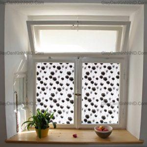 Sử dụng giấy decal dán kính trang trí hoa văn sẽ giúp vừa đảm bảo chống chói tốt lại vừa tăng tính thẩm mỹ cho cửa kính và không gian nhà