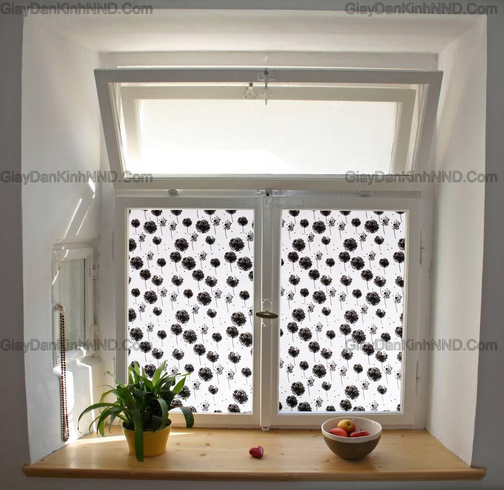 Cửa sổ phòng ngủ, phòng khách là nơi lấy ánh sáng tạo sự thông thoáng nhưng tấm kính trắng lại khiến không gian phòng trở nên thiếu kín đáo. Đây là lúc bạn nên nghĩ đến việc sử dụng giấy dán kính trang trí hoa văn dán che tầm nhìn, chắn sáng cũng như chống chói lóa cho cửa sổ phòng bạn.