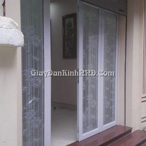 Mẫu giấy dán kính hình cây trúc trắng là một trong các kiểu mẫu rất được ưa chuộng dán kính cửa sổ, cửa nhà với những tấm kính nhỏ ghép vào vì khi đó chúng sẽ tạo được cảm giác 3D cũng như mang lại giá trị thẩm mỹ cao nhất.