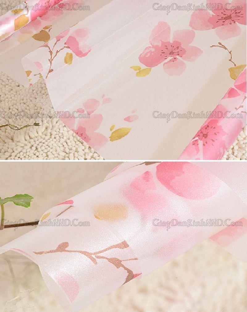Giấy dán kính trang trí mã A02 có họa tiết hình hoa đào màu đỏ hồng, một gam màu khá nổi bật nhưng không kém phần tinh tế, nhẹ nhàng.