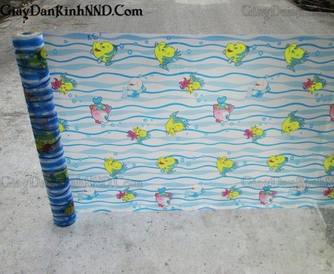 Mẫu giấy dán kính có hình trang trí dành riêng cho trẻ em, được minh họa bằng hình ảnh những chú cá Bơn đang bơi đùa tung tăng, xuất hiện rất nhiều trong phim hoạt hình và được các bạn nhỏ yêu thích.