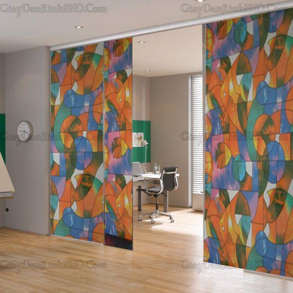 Kính trắng cửa ra vào giúp tạo sự thông thoáng cho không gian nhà, tuy nhiên nếu vì lý do nào đó bạn muốn che đi để tạo sự riêng tư. GIải pháp lúc này có rất nhiều trong đó phải kể đến dán kính hoa văn trang trí này.