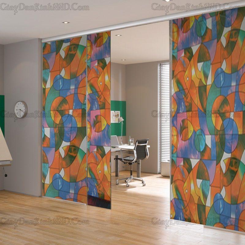 Vách ngăn phòng kính giúp tạo sự thông thoáng cho không gian nhà, tuy nhiên nếu vì lý do nào đó bạn muốn che đi để tạo sự riêng tư. GIải pháp lúc này có rất nhiều trong đó phải kể đến dán kính hoa văn trang trí này.