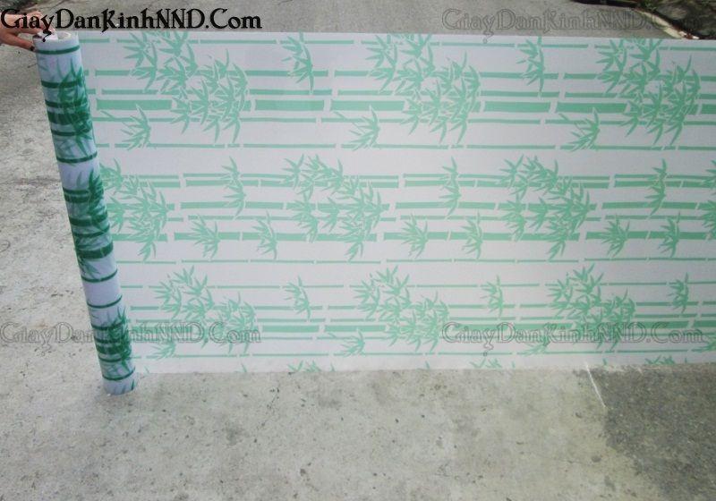 Mẫu giấy dán kính hoa văn trang trí mã A10 là kiểu mẫu ược thiết kế bởi họa tiết hoa văn hình cây trúc với gam màu xanh nhạt. Cây trúc vốn là hình ảnh quen thuộc của người dân Việt Nam, nó được coi là biểu tượng hồn quê của dân tộc, bởi lẽ, nó mang lại cho người nhìn cảm giác gần gũi, bình yên, ấm áp và thoải mái.