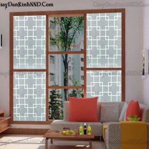 Đây là mẫu giấy dán kính trang trí A26, có họa tiết giống với mẫu A25, nhưng có tông màu trắng, trên nền giấy vân mờ, với sự kết hợp đan xen của các hình ô vuông màu trắng với nhau đã mang đến cho người nhìn cảm giác thoáng mát và dễ chịu