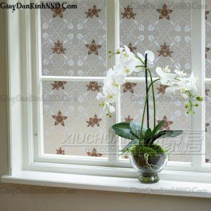 Đây là hình ảnh mẫu giấy dán kính trang trímã A28, có hoa văn hình bông hoa 5 cánh màu nâu xám, trên nền giấy mờ vân họa tiết cổ điển, sự kết hợp hài hòa giữa các đường nét hoa văn đã mang đến cái nhìn bình yên, nhẹ nhàng cho mọi người.