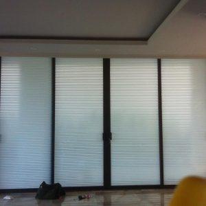 Thiết kế độc đáo và ứng dụng tốt trong việc che phủ tầm nhìn ra bên ngoài cũng như vào trong nhà, mẫu giấy dán kính A31 đang được rất nhiều trong dán kính văn phòng và dán kính cho các cá nhân, hộ gia đình lựa chọn dán cửa kính trang trí tại nhà mình, phù hợp rất nhiều các không gian khác nhau