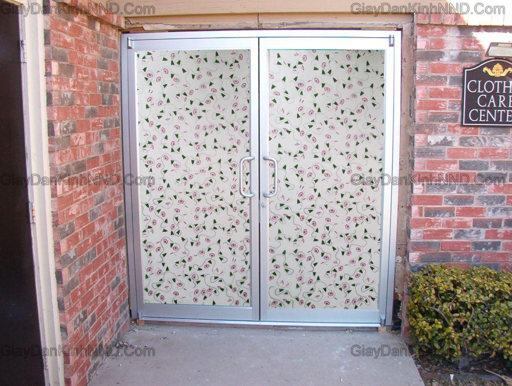 giấy dán kính trang trí mã A44 trang trí cho cửa ra vào. Đây là mẫu hình hoa dây nhỏ màu hồng nhạt kết hợp với lá màu xanh dây rất thích hợp dán cho các ô cửa nhỏ