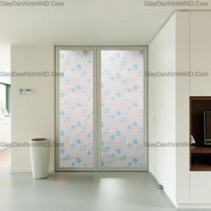 Giấy dán kính trang trí mã A47 là mẫu hoa dây màu xanh nhẹ thích hợp dán cho không gian trẻ trung hiện đại nhưng cửa ngăn phòng, vách kính, cửa phòng tắm....