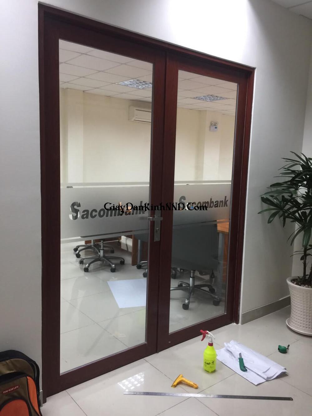 Cắt chữ decal quảng cáo dán kính cửa ra vào cho văn phòng công ty.