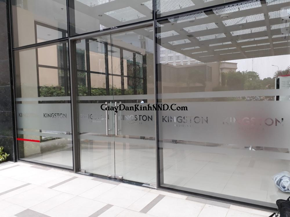Kiểu dán kính kèm cắt chữ cho mặt tiền tòa nhà vô cùng đẹp mắt
