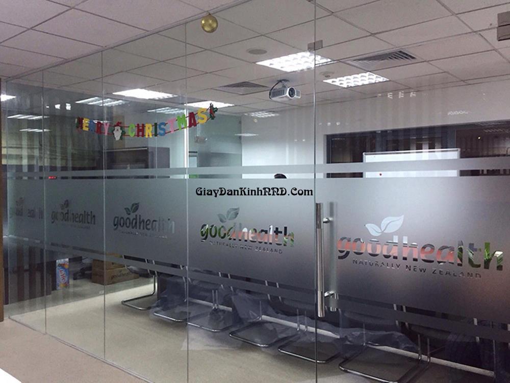 Giấy decal mờ dán kính trang trí cho văn phòng luôn là thiết kế hot và không thể thiếu với mọi văn phòng công ty