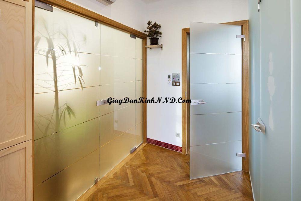 Vách kính ngăn phòng trong nhà sử dụng decal mờ kết hợp kẻ các đường chỉ tạo điểm nhấn ấn tượng