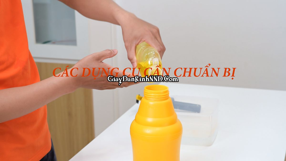 Pha nước rửa bát với nước làm dung dịch để dán kính.