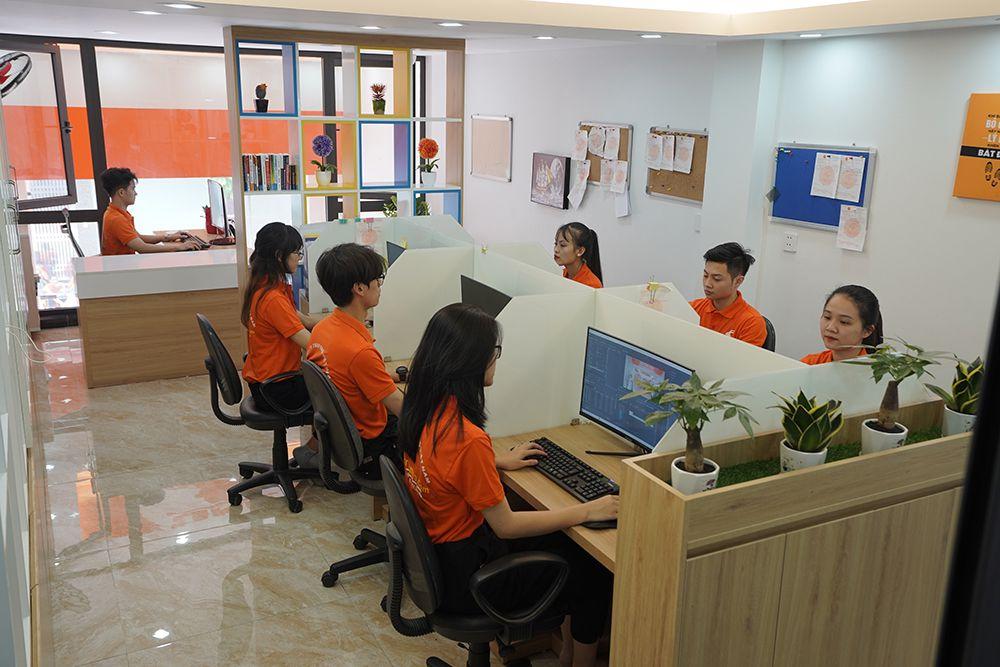 Văn phòng làm việc của giấy dán kính NND luôn bận rộn để hỗ trợ các bạn trong công việc tư vấn thi công.