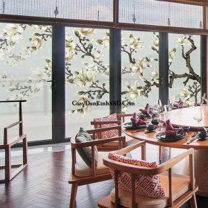 Nhà ăn sử dụng tranh dán kính hình cây hoa cho vách kính