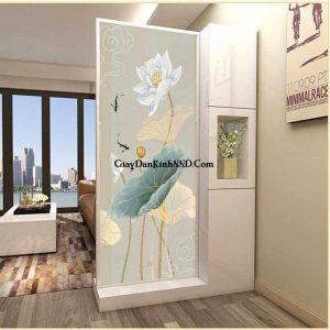Vách cửa kính phòng tắm in tranh hình bông hoa tinh tế