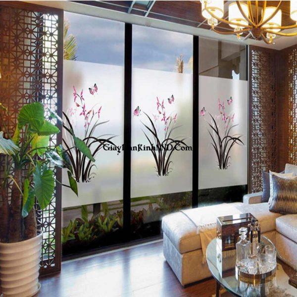 In tranh dán kính hình cành hoa trên nền decal dán kính mờ mang đến vẻ đẹp tinh tế