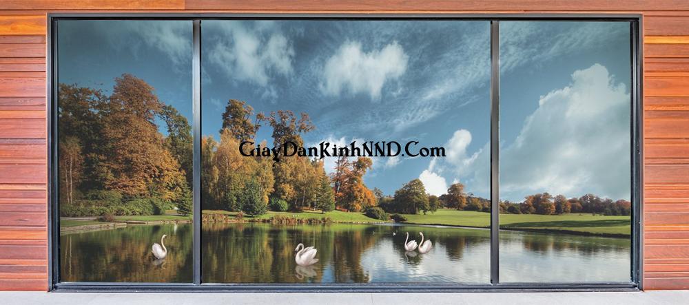 Tranh dán kính phong cảnh hồ nước mùa thu yên bình.