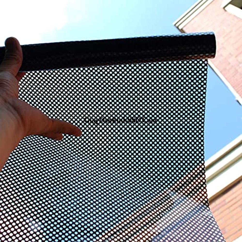 Decal lưới cũng tương tự như các loại decal dán kính thông thường với 1 mặt phủ keo sẵn chỉ việc bóc ra và dán lên kính