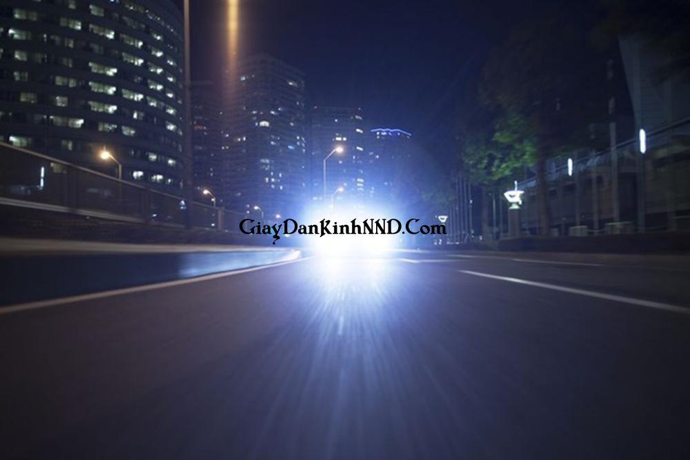 Kính lái bị nhòe khi dán phim là hiện tượng mà người lái xe nhìn thấy 2 vùng sáng. Cụ thể nguồn phát sáng như đèn pha, đèn cốt, đèn cao thế, đèn tín hiệu bị nhòe thành hai vùng