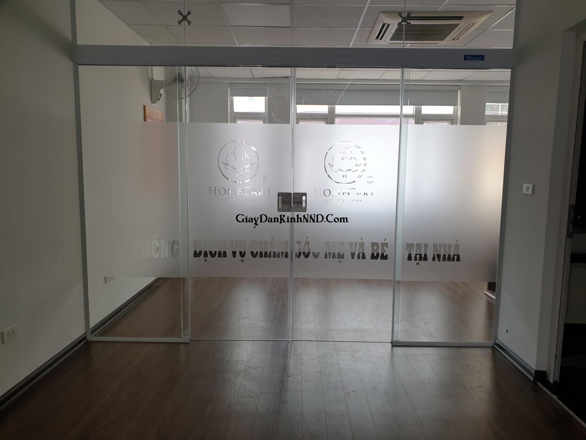 Kết quả thi công thực tế công trình dán kính mờ cắt logo văn phòng Spa Home Care.
