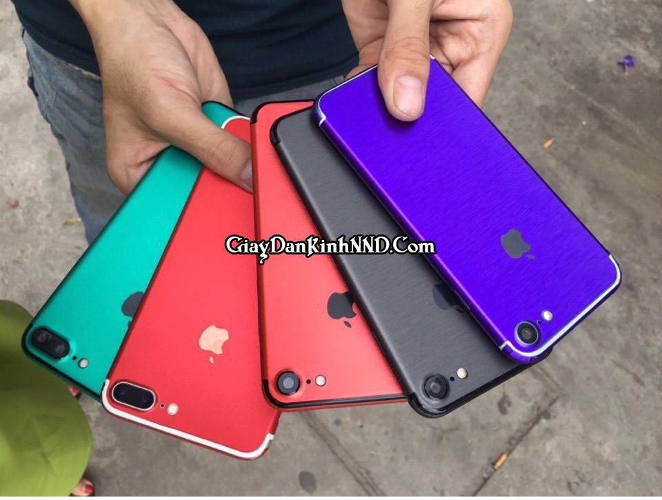 Dán decal màu cho điện thoại ngày càng được sử dụng rộng rãi. Không chỉ bởi tính thời trang mà chúng còn bảo vệ chống xước rất tốt cho điện thoại của bạn.
