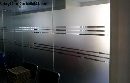 Dán vách kính dài cho văn phòng cao 2m với  6 đường kẻ chỉ giữa