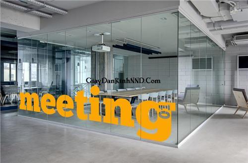 Cắt chữ meeting màu vàng dán vách kính phòng làm việc