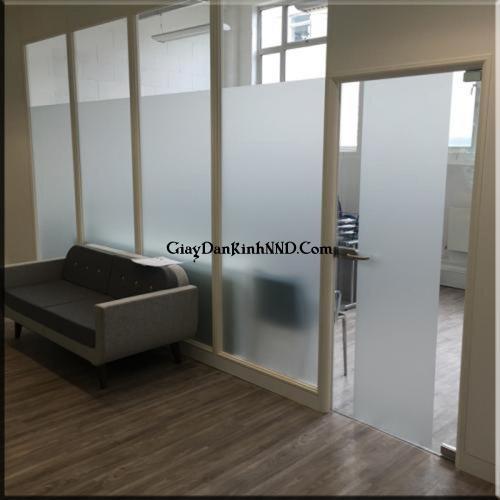 Dán decal mờ trơn cao 2m với tác dụng để che tầm nhìn thích hợp dùng cho vách kính phòng kho, phòng họp