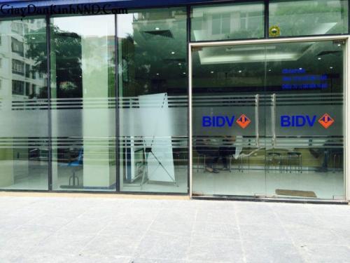 Thi công dán decal mò kết hợp kẻ chỉ và in logo màu cho ngân hàng BIDV