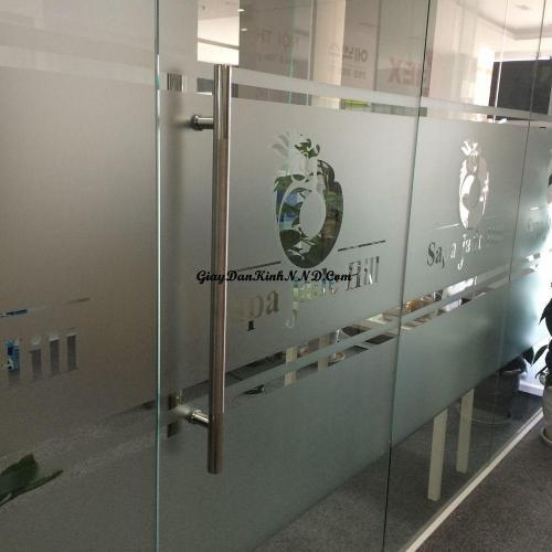 Dán vách kính văn phòng bằng kiểu mẫu logo trên mờ lửng dưới kết hợp với các được kẻ chỉ nhỏ luôn là giải đáp sáng tạo và thông dụng nhất