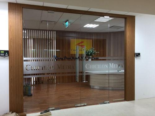 Kiểu dán lửng nhỏ ngang tay cầm này thường được sử dụng rất nhiều cho dán vách kính mặt tiền tòa nhà, văn phòng công ty rộng cần khoe mặt tiền bên trong